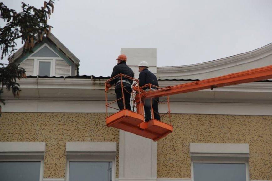 Мэр и крыша: В Кременчуге мэр, заместитель и секретарь горсовета инспектировали крышу краеведческого музея (ФОТО), фото-2