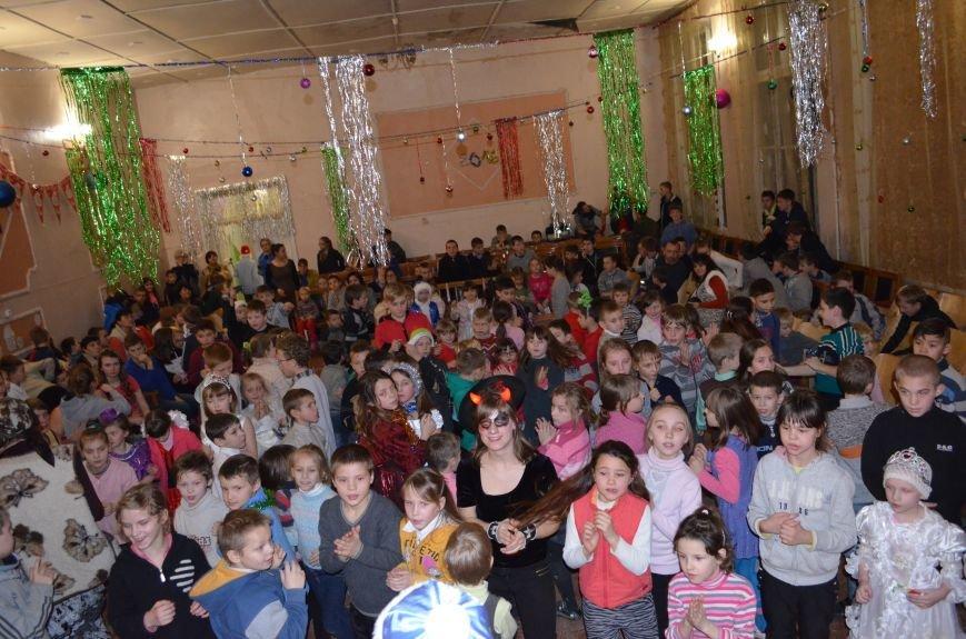 В Кривом Роге детей-сирот поздравили с новогодними праздниками сказочные персонажи (ФОТО), фото-1