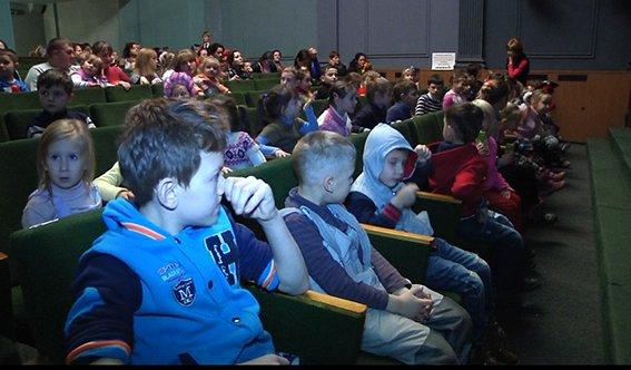 Дети АТОшников и полицейских просмотрели новогоднее представление (ФОТО) (фото) - фото 1
