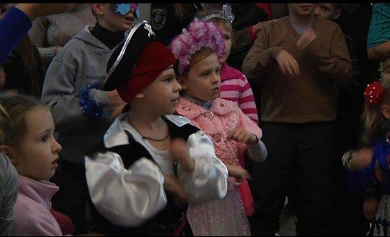 Дети АТОшников и полицейских просмотрели новогоднее представление (ФОТО) (фото) - фото 2