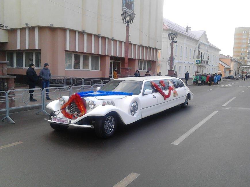 Дед Мороз на лимузине: в Полоцке открыли городскую  елку, фото-1