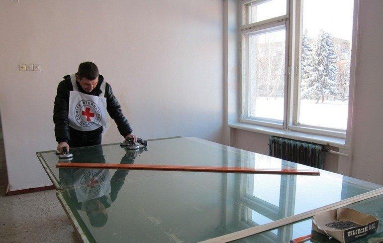 В Светлодарске восстанавливают здания после обстрелов, фото-8