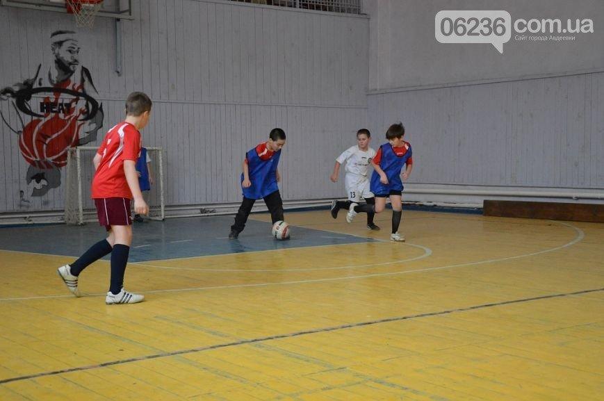 Юных авдеевских футболистов поздравили с наступающими праздниками (ФОТО) (фото) - фото 1
