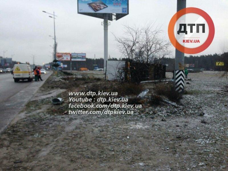 В Киеве на Харьковской площади перевернулась фура, в числе погибших один полицейский (ФОТО) (фото) - фото 1