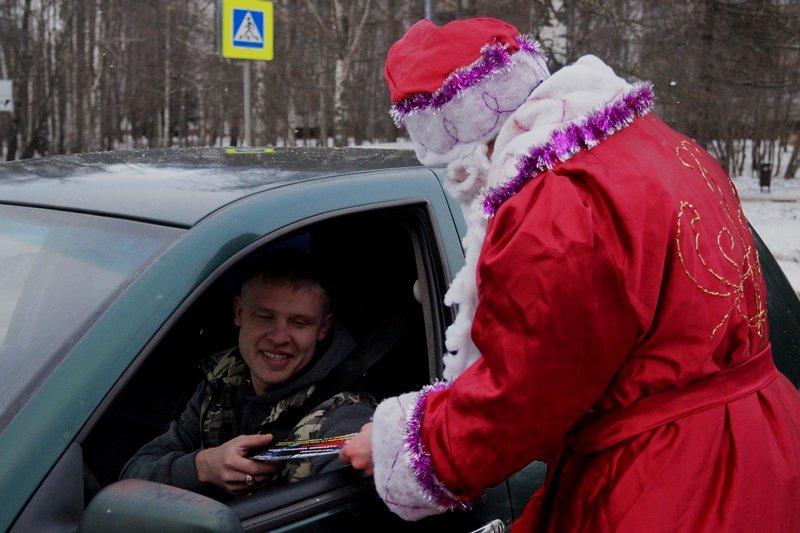 31 декабря Полицейский Дед Мороз и инспекторы ОБ ДПС ГИБДД УВД по ТиНАО поздравили водителей транспортных средств с наступающим праздником (фото) - фото 1