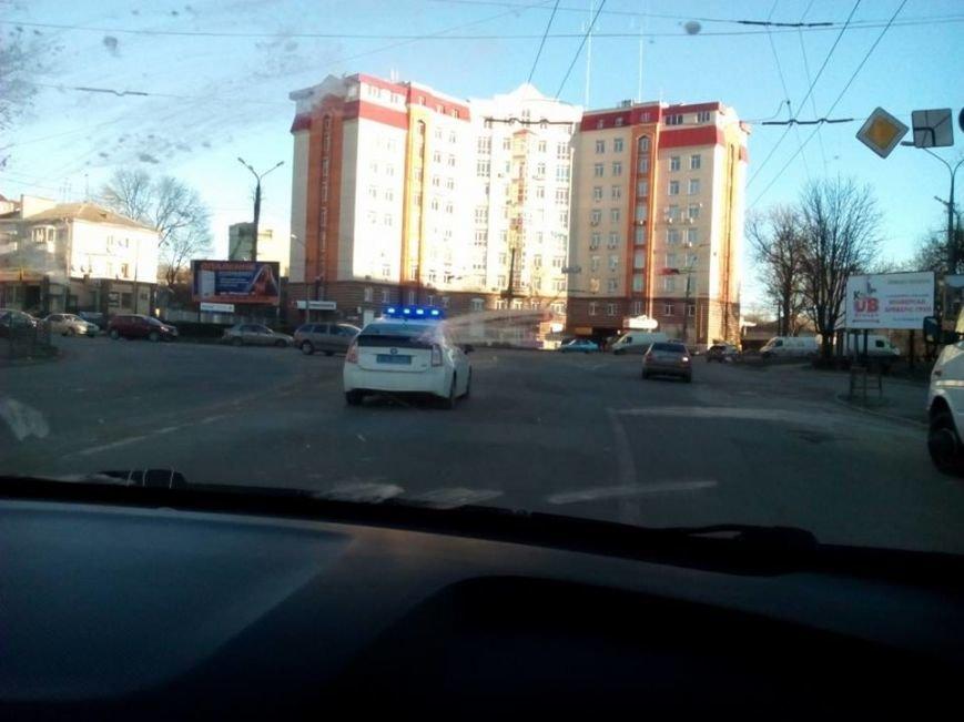 У Тернополі дружини поліцейських їздять в магазин на службовій машині (фото) (фото) - фото 1