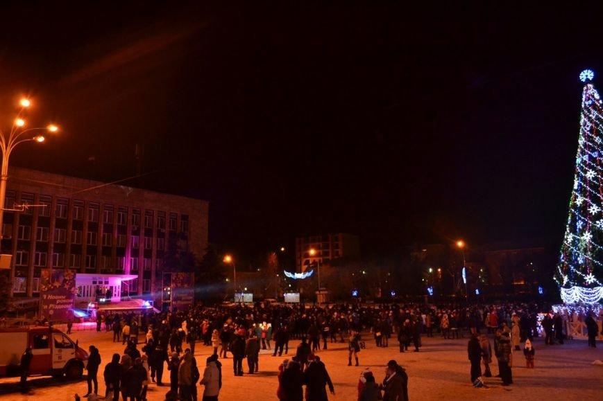 Новогодняя ночь в Кременчуге: 1500 кременчужан встретили новый год у главной елки города (ФОТО) (фото) - фото 2
