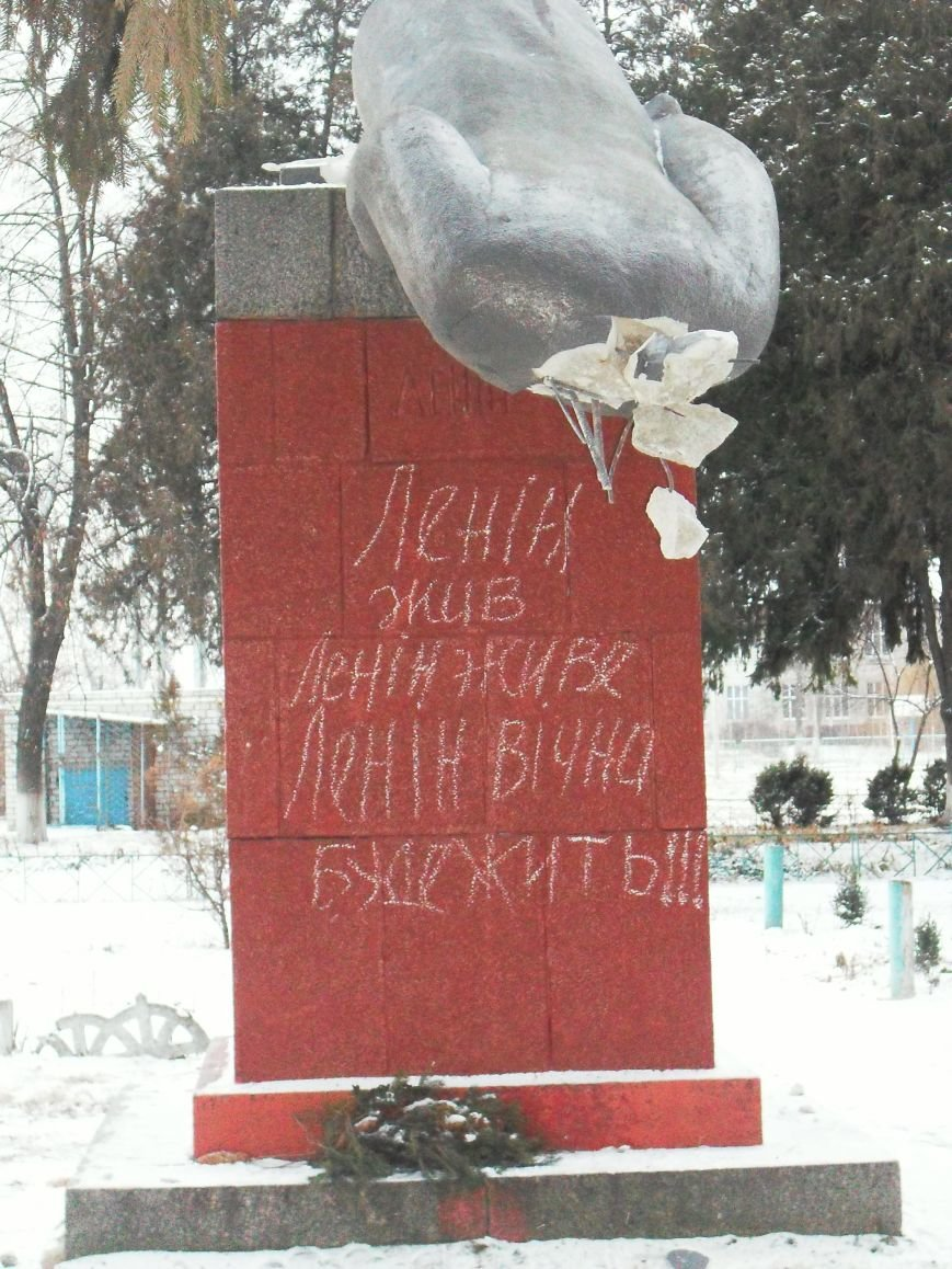 Под Кременчугом свалили спрятавшегося Ленина (ФОТО) (фото) - фото 2