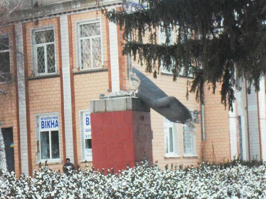 Под Кременчугом свалили спрятавшегося Ленина (ФОТО) (фото) - фото 1