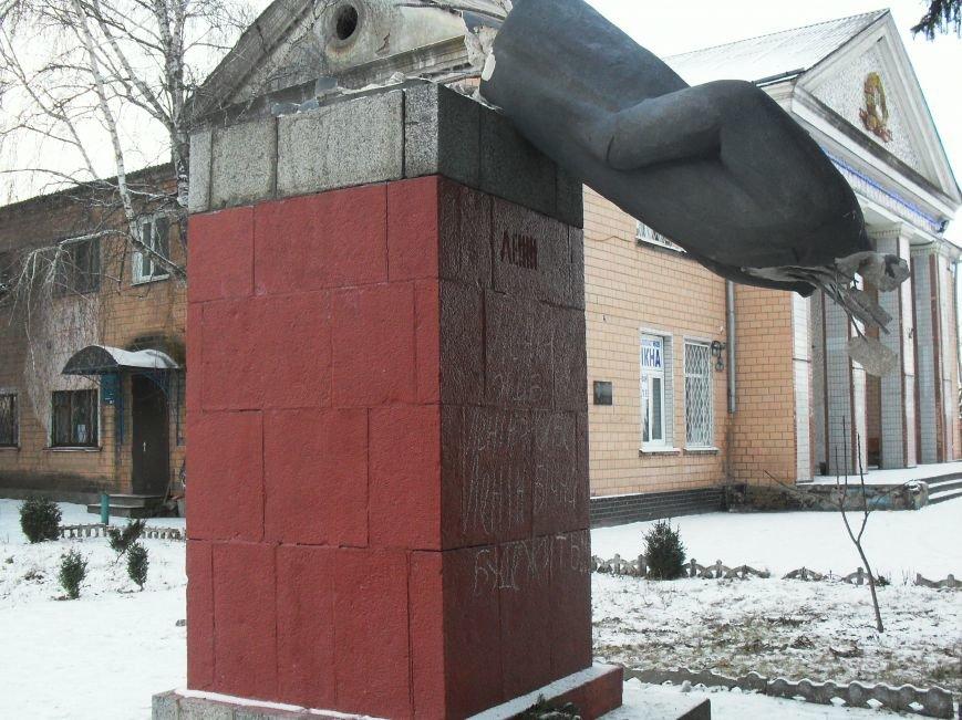 Под Кременчугом свалили спрятавшегося Ленина (ФОТО) (фото) - фото 4