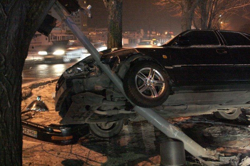 В Одессе водитель врезался в маршрутку и повис на столбе (ФОТО), фото-1