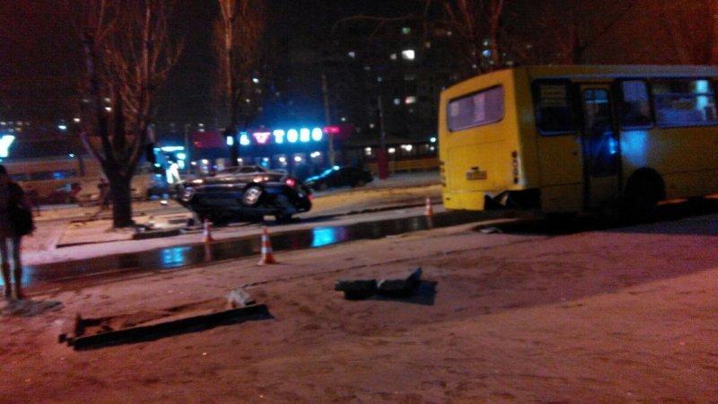 В Одессе водитель врезался в маршрутку и повис на столбе (ФОТО), фото-3