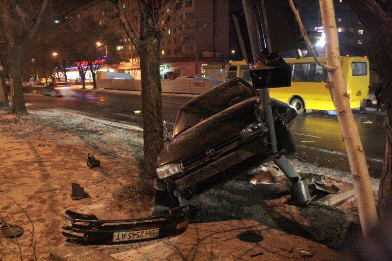 В Одессе водитель врезался в маршрутку и повис на столбе (ФОТО), фото-2