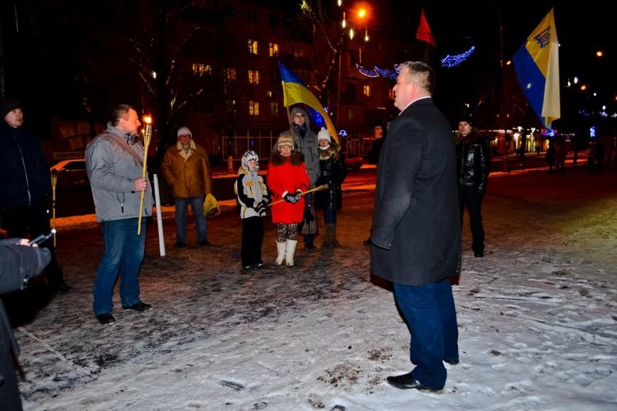 Кременчужане прошли факельным шествием в честь дня рождения Степана Бандеры (ФОТО) (фото) - фото 1