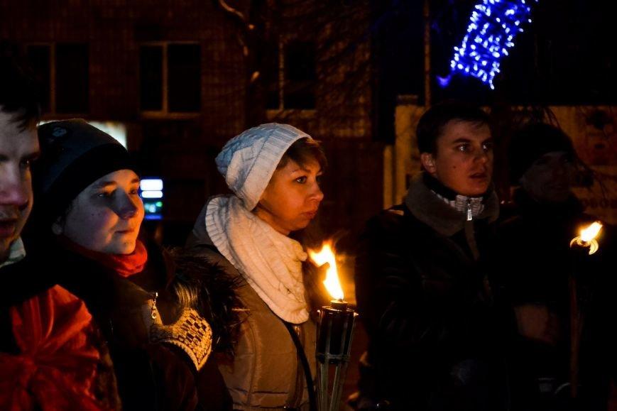 Кременчужане прошли факельным шествием в честь дня рождения Степана Бандеры (ФОТО) (фото) - фото 2