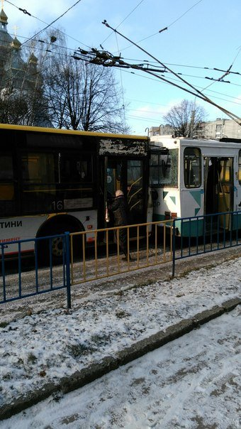 У Львові автобус врізався у тролейбус (ФОТОФАКТ) (фото) - фото 1