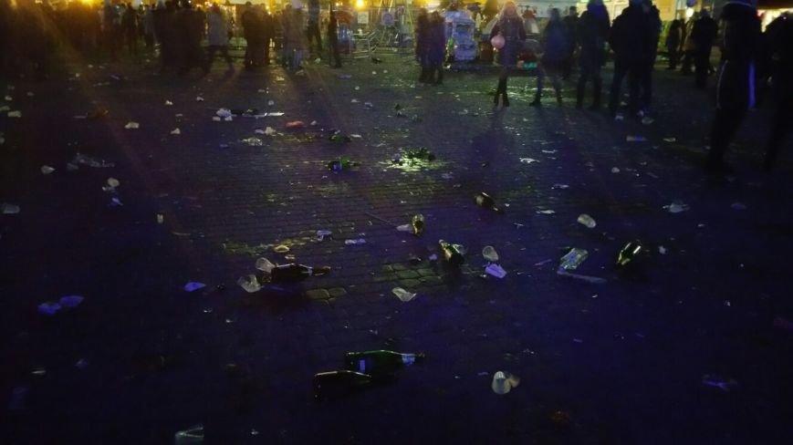 Тернополяни біля головної ялинки міста влаштували сміттєзвалище (фото) (фото) - фото 1