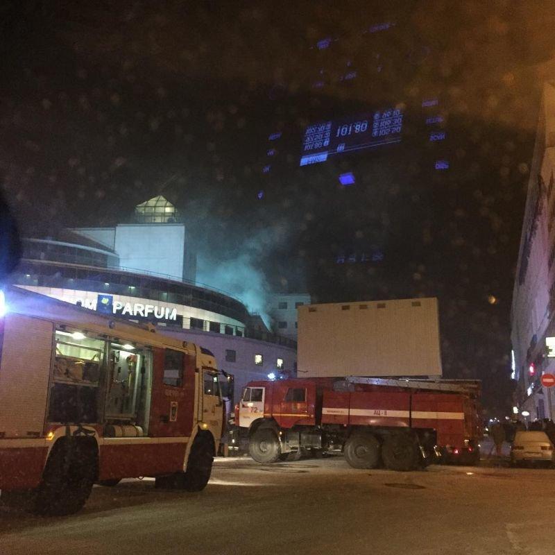 В центре Твери загорелся ТЦ