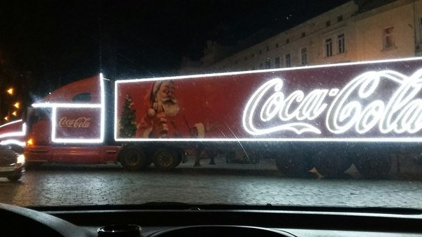 Відома різдвяна вантажівка Coca-Cola, як у рекламі, їздить вулицями Львова (ФОТО) (фото) - фото 3
