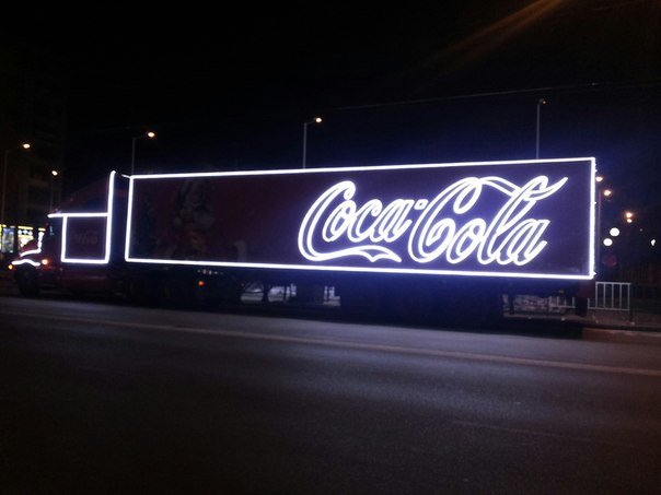 Відома різдвяна вантажівка Coca-Cola, як у рекламі, їздить вулицями Львова (ФОТО) (фото) - фото 1