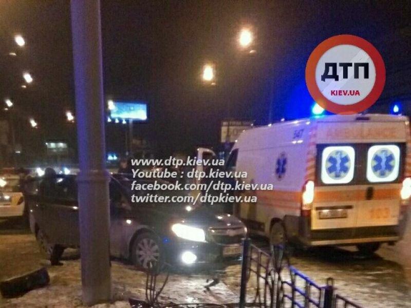 """В Оболонском районе водитель """"Хюндай"""" врезался в столб, четверо пострадавших (ФОТО), фото-2"""