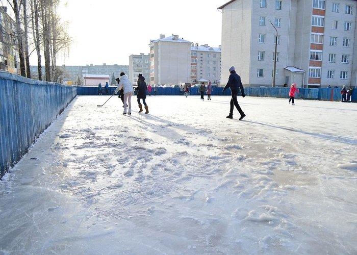 Фотофакт: в Сморгони каток в спортивных коробках залили прямо на снег и взбитый лед (фото) - фото 1