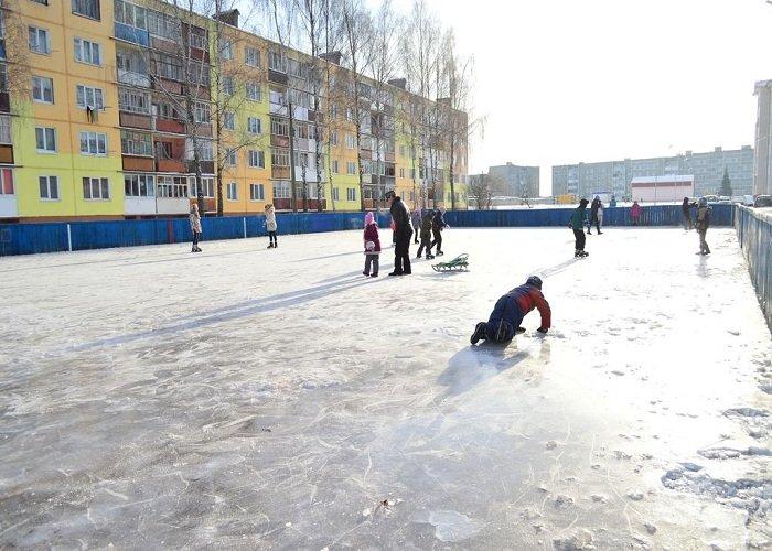 Фотофакт: в Сморгони каток в спортивных коробках залили прямо на снег и взбитый лед (фото) - фото 4