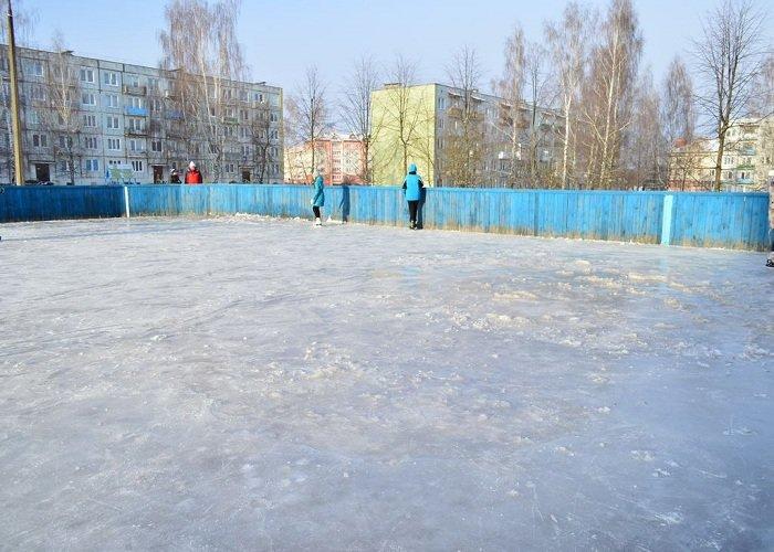 Фотофакт: в Сморгони каток в спортивных коробках залили прямо на снег и взбитый лед (фото) - фото 2