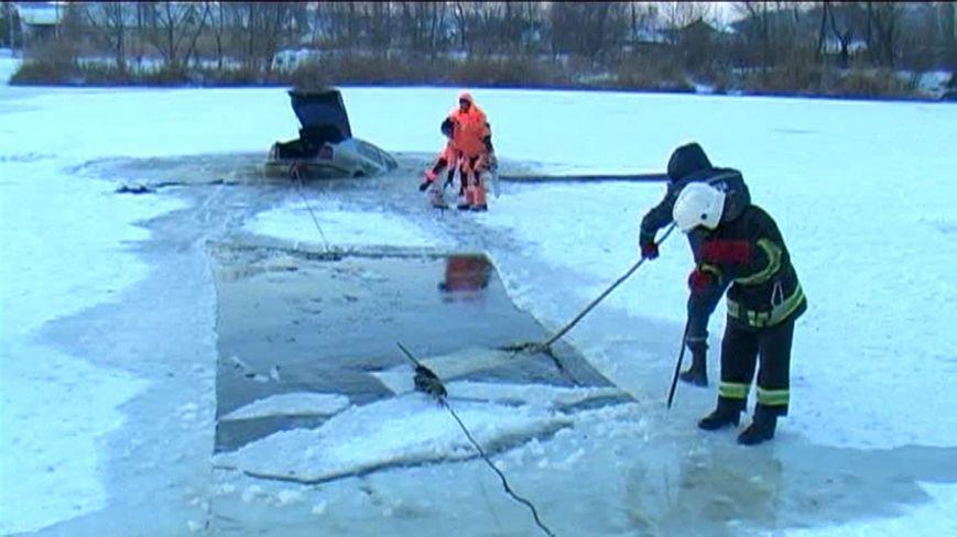 Полтавські рятувальники оприлюднили відео порятунку автомобіля з річки (фото) - фото 1