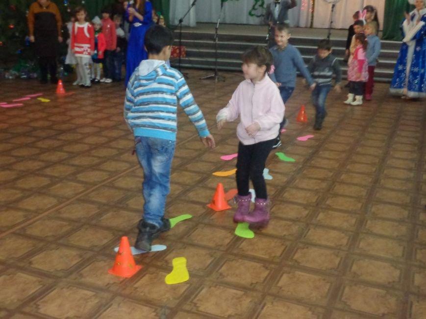 В Красноармейске дети льготных категорий сегодня стали частью яркой рождественской сказки (фото) - фото 5