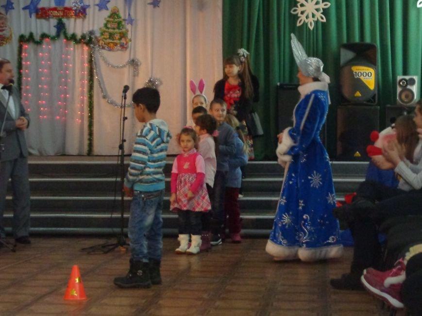 В Красноармейске дети льготных категорий сегодня стали частью яркой рождественской сказки (фото) - фото 6