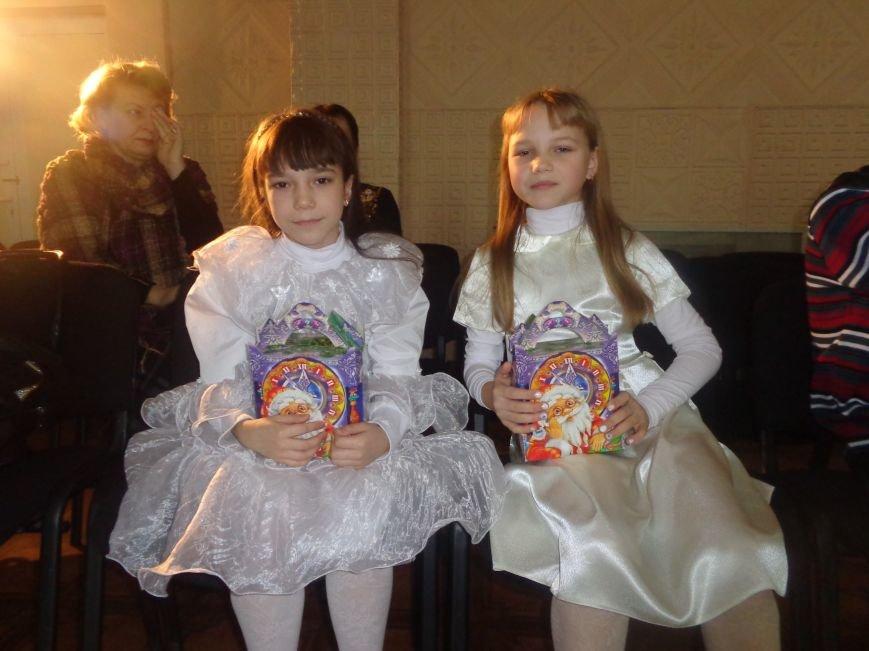 В Красноармейске дети льготных категорий сегодня стали частью яркой рождественской сказки (фото) - фото 1