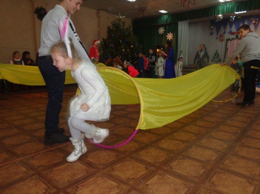 В Красноармейске дети льготных категорий сегодня стали частью яркой рождественской сказки (фото) - фото 9