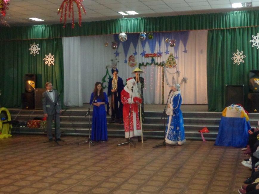 В Красноармейске дети льготных категорий сегодня стали частью яркой рождественской сказки (фото) - фото 12