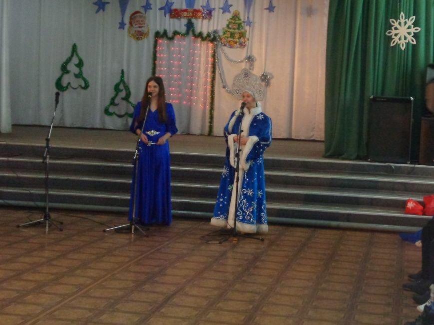 В Красноармейске дети льготных категорий сегодня стали частью яркой рождественской сказки (фото) - фото 4