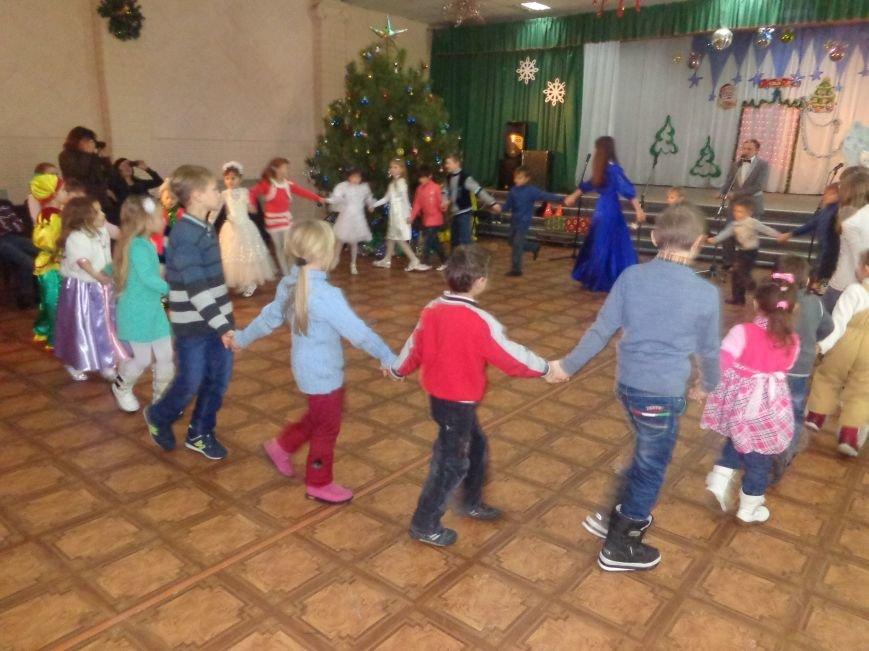 В Красноармейске дети льготных категорий сегодня стали частью яркой рождественской сказки (фото) - фото 10