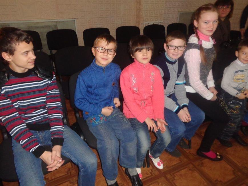 В Красноармейске дети льготных категорий сегодня стали частью яркой рождественской сказки (фото) - фото 2