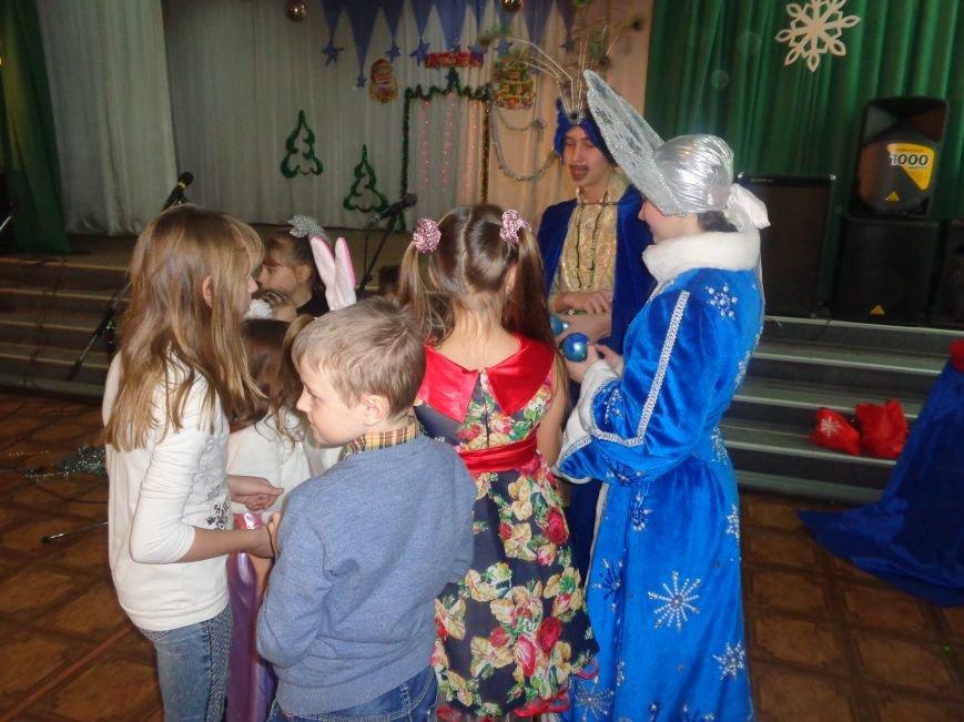 В Красноармейске дети льготных категорий сегодня стали частью яркой рождественской сказки (фото) - фото 11