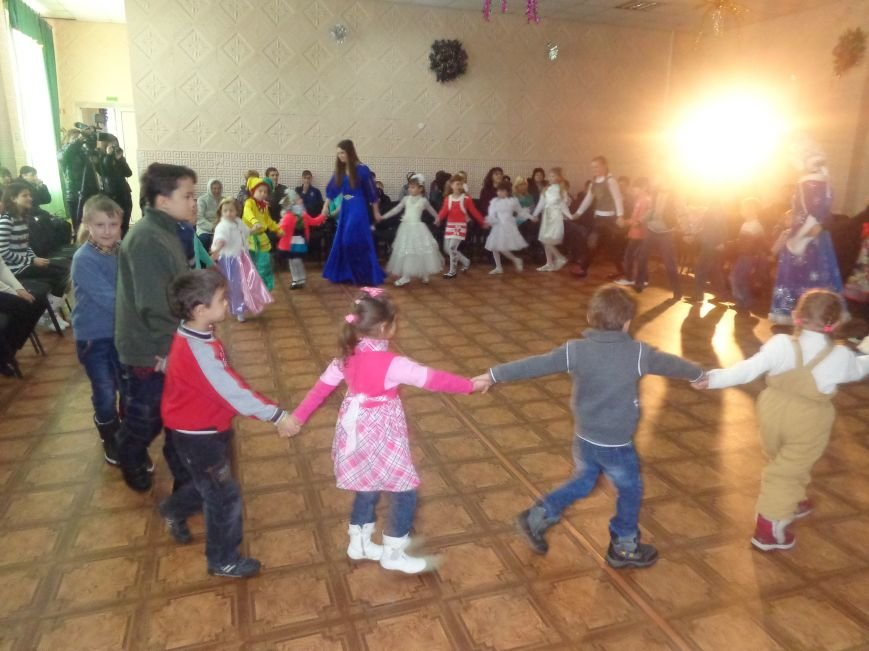 В Красноармейске дети льготных категорий сегодня стали частью яркой рождественской сказки (фото) - фото 7