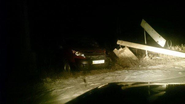 На Тернопільщині водій іномарки звалив електричний стовп (фото) (фото) - фото 1
