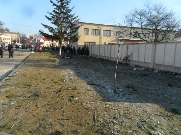 Продавці ялинок перетворили Привокзальну площу на смітник (ФОТО), фото-5
