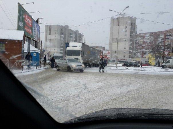 Ситуація на дорогах Львова: на вул.Поліська, 2 вантажівка перекрила рух транспорту (фото) - фото 1