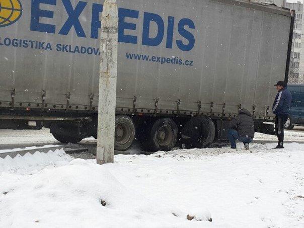 Ситуація на дорогах Львова: на вул.Поліська, 2 вантажівка перекрила рух транспорту, фото-2