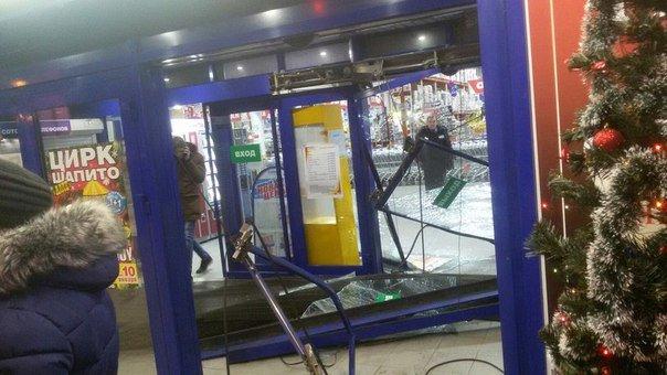 В Ульяновске водитель хотел протаранить гипермаркет (фото) - фото 2