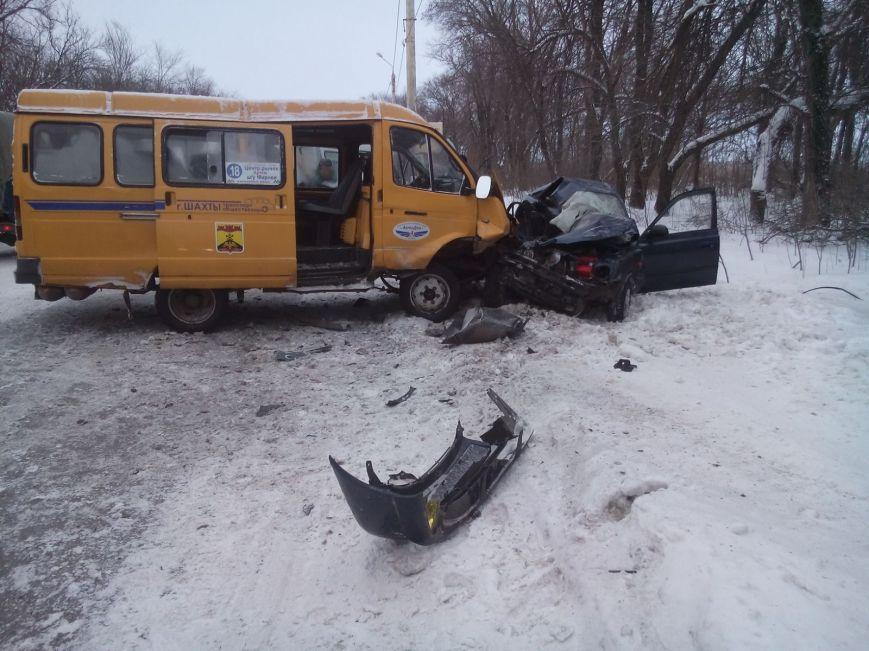 В Шахтах иномарка столкнулась с маршруткой, погиб водитель, фото-1