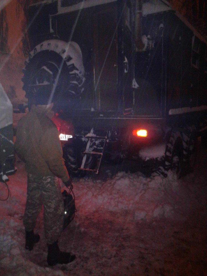 Одесские активисты  всю ночь вытягивали автомобилистов из сугробов и задерживали хулиганов (ФОТО) (фото) - фото 1