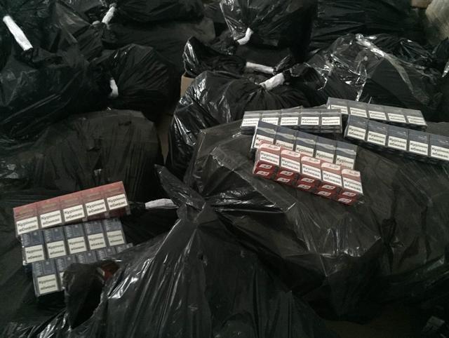 Разоблачив схему укланения от уплаты налогов в Днепропетровске, налоговики изъяли сигарет на 4 млн гривен (фото) - фото 1