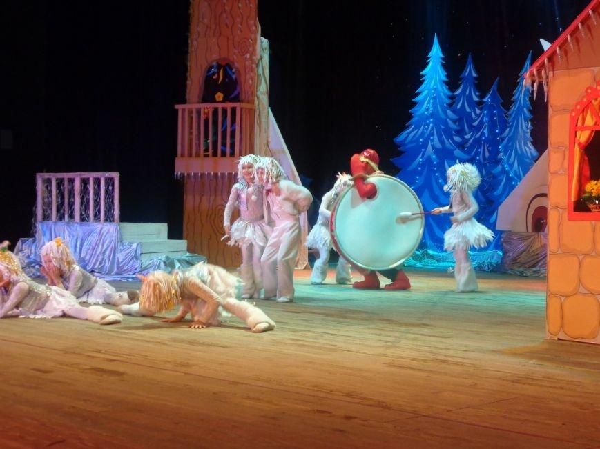 Сказочные герои, праздничные песни и веселые танцы: дети переселенцев в Красноармейске побывали «У леса на опушке» (фото) - фото 6