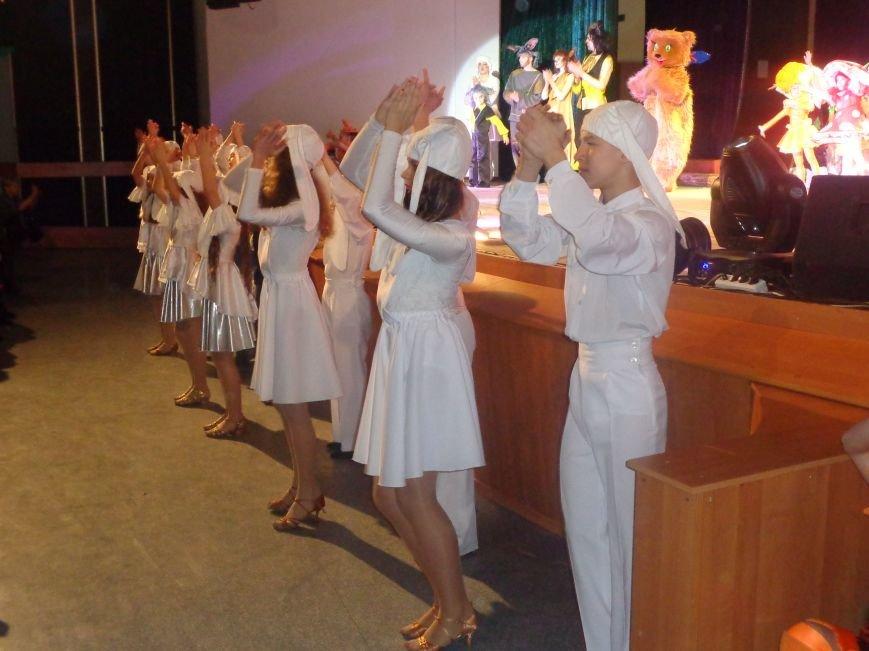 Сказочные герои, праздничные песни и веселые танцы: дети переселенцев в Красноармейске побывали «У леса на опушке» (фото) - фото 4