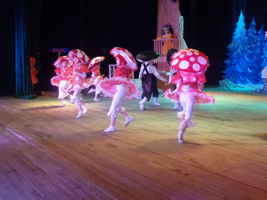 Сказочные герои, праздничные песни и веселые танцы: дети переселенцев в Красноармейске побывали «У леса на опушке» (фото) - фото 10